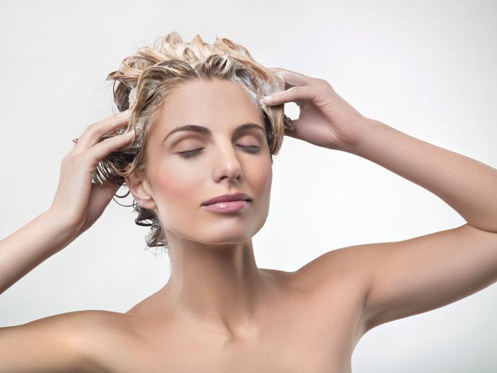 Нанесение витаминной маски для волос