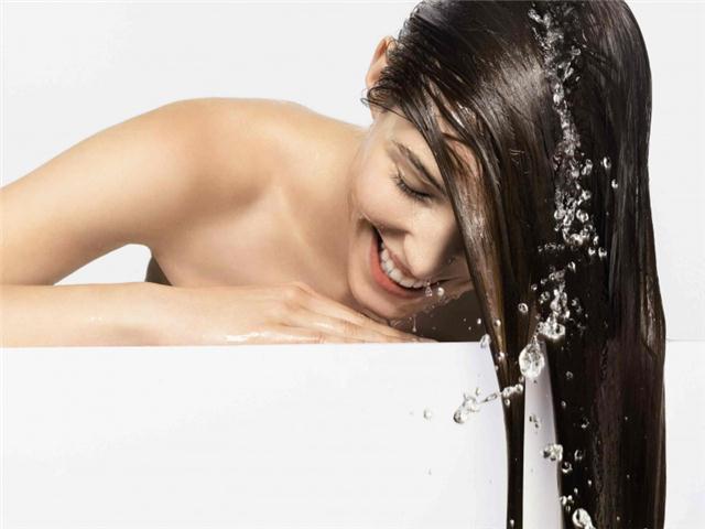 Смывание маски для волос