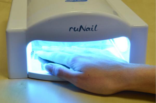 просушивать ногти под специальной лампой